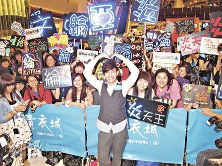 炎亚纶前往香港开签唱会,吸引过千人围观。