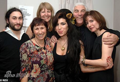 左起:哥哥亚历克斯、母亲詹尼斯(前)、继母珍妮、怀恩豪斯、父亲米奇、姑姑