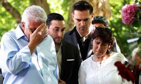 怀恩豪斯的家人在她住宅外的临时灵堂前。左起:父亲、哥哥、男友、母亲