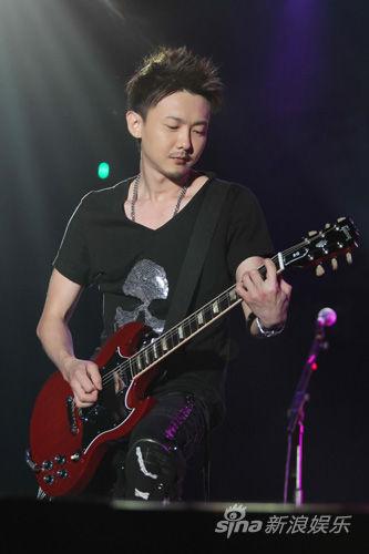 黄义达弹吉他