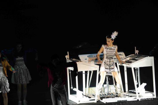 新浪娱乐讯 玖月奇迹(微博)组员王小玮在8月21日举办的首场个人演唱会上又亮绝技:一个人同时弹奏三台琴。这个被称作《琴-舞》的节目让现场观众惊呼不可思议,演唱会主持人朱迅也开玩笑地说小玮表演的是一个绝活。   小玮和小海曾经在参加北京电视台的《收藏秀》节目中大亮绝技:双手双脚分别同时比划方形、圆形、三角、菱形符号,一般人两手比划不同的符号已经相当有难度,双手双脚同时比划四个符号实在让普通人难以想像,王小玮因此曾一度被人戏称为有特异功能的怪人。然而,据小玮自己介绍,自己根本不是大家猜测的双子A