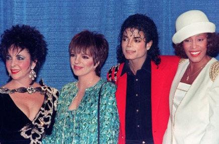 1988年3月10日,惠特尼・休斯顿(右一)和迈克尔・杰克逊(右二)、丽莎・明内利(左二)、伊丽莎白・泰勒一同在纽约出席晚宴