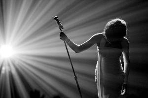 2009年11月22日,惠特妮・休斯顿在美国洛杉矶2009年全美音乐奖颁奖典礼上表演