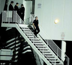 警察在惠特尼过世后赶到酒店