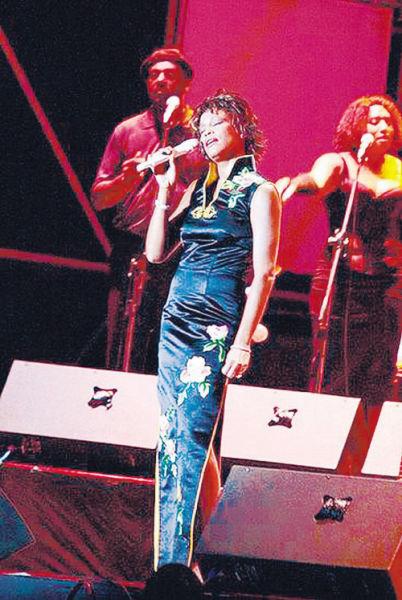 惠特尼身穿旗袍在北京开个唱