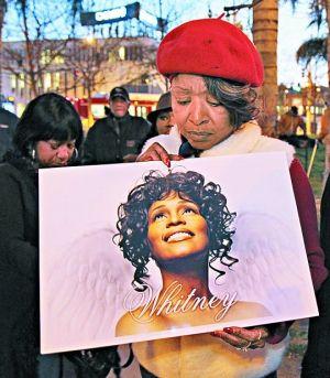 美国各地歌迷聚集街头悼念偶像(上左图),连保罗・麦卡特尼(上右图)也前往惠特尼去世的酒店献花。