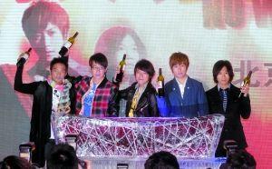 五月天举起酒瓶预祝鸟巢演唱会圆满成功。晨报记者 史春阳 摄