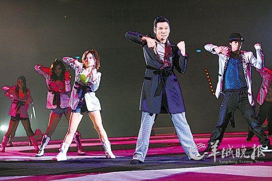 """杜德伟在""""滚石30""""演唱会上劲歌热舞"""