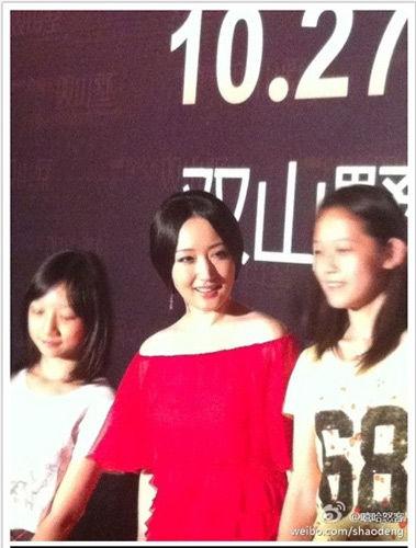 杨钰莹与歌迷合影脸庞圆润(图/网友微博)