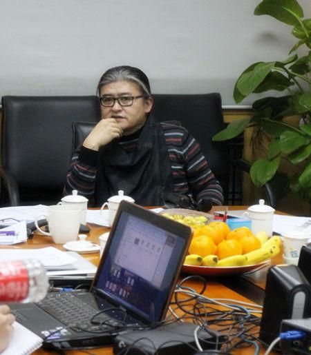 刘欢在会上认真听取设计师的阐述