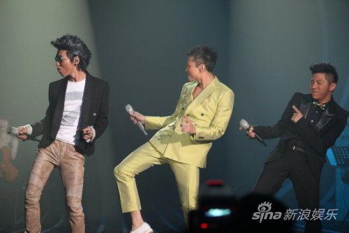 第一届湖南卫视《我是歌手》冠军出炉!最终由羽泉组合一举拿下。
