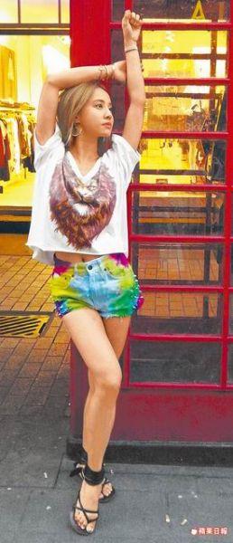 蔡依林靠在伦敦街头的电话亭,摆姿势拍照。