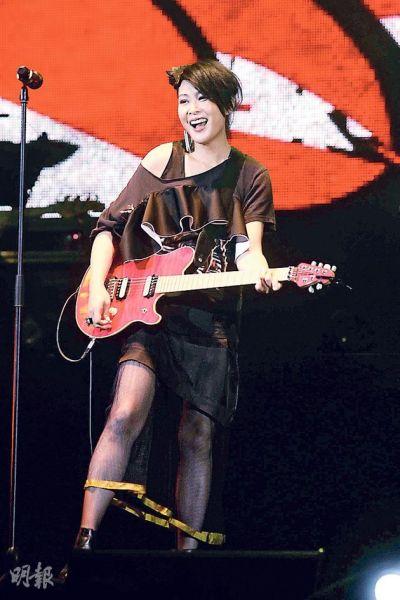 刘若英化身摇滚女王载歌载舞。