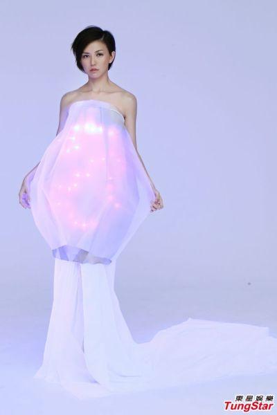 孙燕姿新歌造型,制作服装的缝纫师花了3天的时间,才将40颗LED灯泡顺利藏到衣服里。