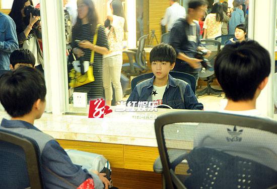 面对来来往往的记者,成员王俊凯眼中有惊奇也有紧张。