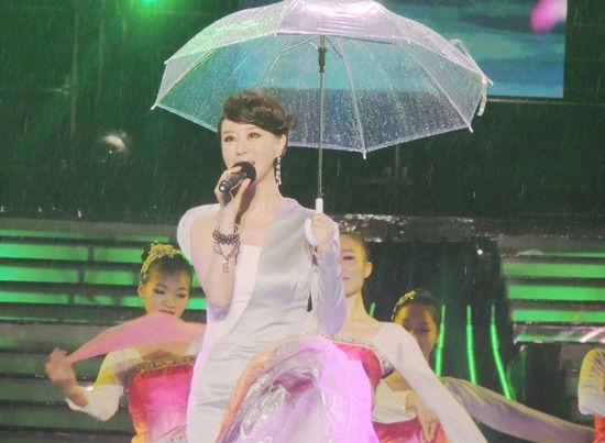 祖海冒雨演唱