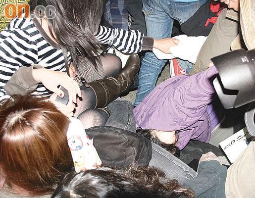 飞轮海袭港粉丝人踩人炎亚纶被挤倒在地(组图)