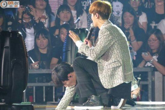 Tao在演出中不慎掉落台下