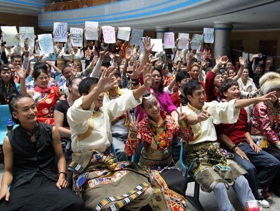 参加藏歌会海选的少数民族同胞们