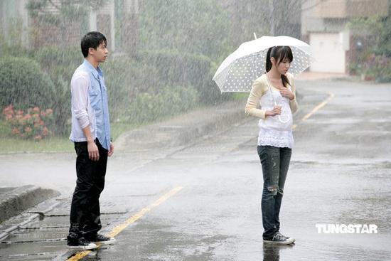 组图:光良推纯美mv与美女房思瑜淋雨5个钟头