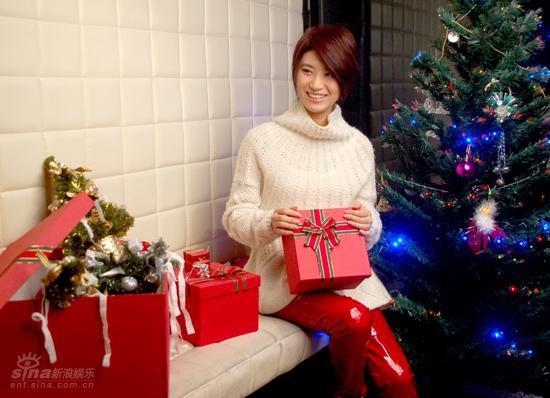 图文:尚雯婕拍摄专辑封面宣传照--圣诞气氛