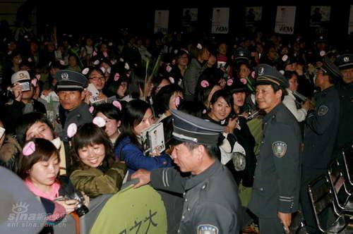 图文:周笔畅《wow》空降上海--歌迷戴猫耳