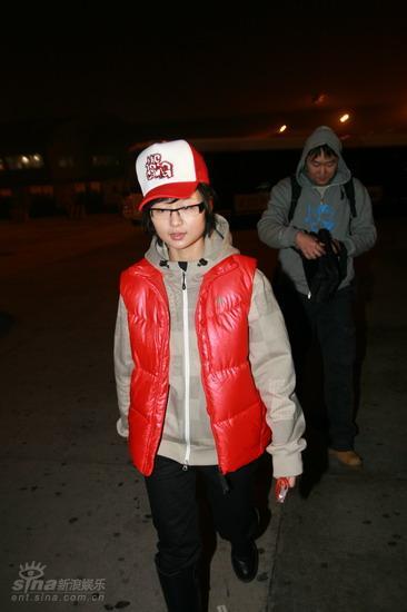 图文:周笔畅抵达北京机场--走出机场