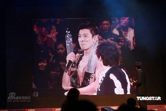 图文:刘德华在演唱会现场接受奖杯