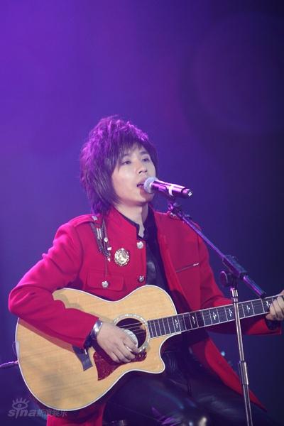 图文:水木年华北京演唱会--卢庚戌自弹自唱