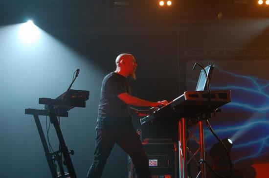乐队五位成员每个人都展现了近乎完美的技术和精准的