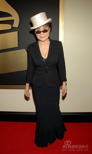 图文:约翰-列侬遗孀小野洋子白礼帽黑西装登场