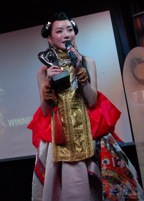图文:萨顶顶伦敦行-中国姑娘扬名英伦走向世界