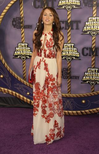 图文:麦莉-赛勒斯穿白底红花裙秀玉背风情万种
