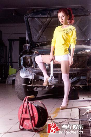 组图:《梦想中国》选手吴琼写真 变身机车女郎