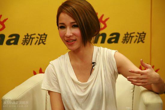 图文:萧亚轩聊再嫁EMI-高中学的排球