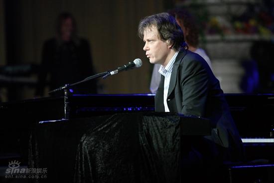图文:神秘园音乐会--钢琴好手罗尔夫-劳弗兰