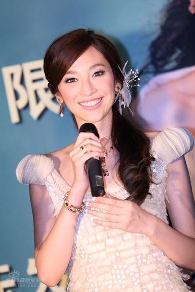 图文:吴佩慈签约星光国际-美丽达人吴佩慈