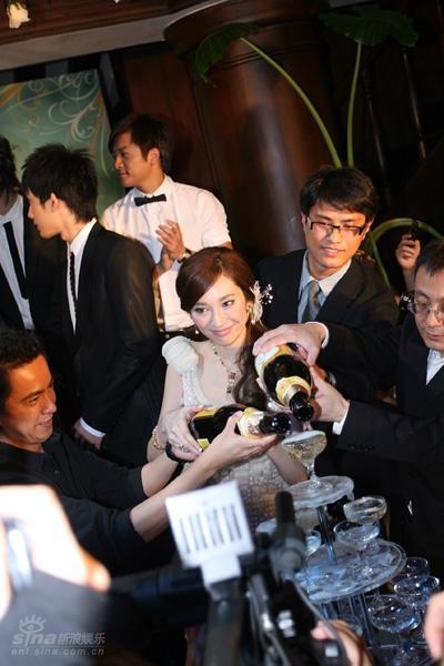 图文:吴佩慈签约星光国际-开香槟庆祝