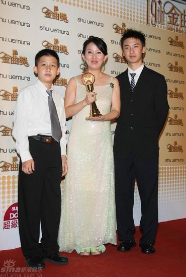 图文:陈志远获特别贡献奖妻子儿子代为领奖