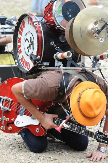 图文:富士音乐节拉开帷幕--全身乐器