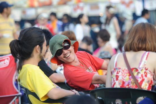 图文:富士音乐节第二天--亲切的交谈