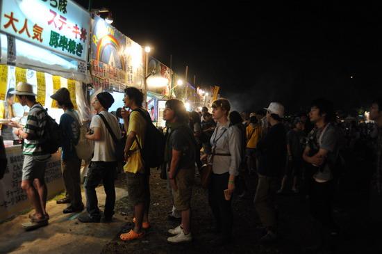 图文:富士音乐节第二天--观众排队购买