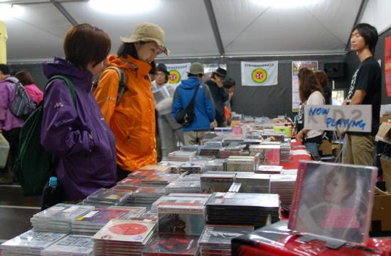 图文:富士音乐节第三天--销售参演乐队的CD