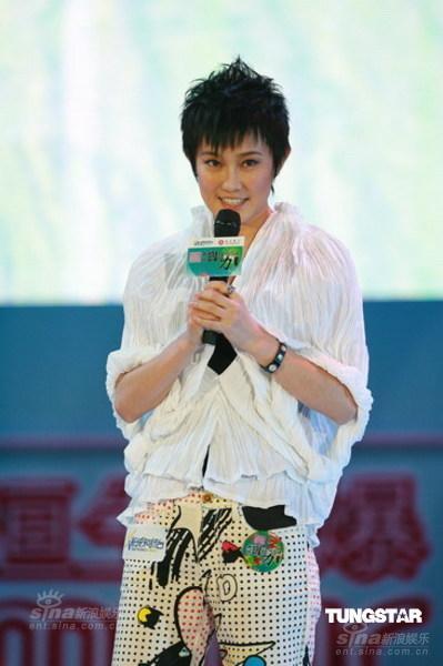 图文:新城国语力颁奖--刘力扬问候歌迷