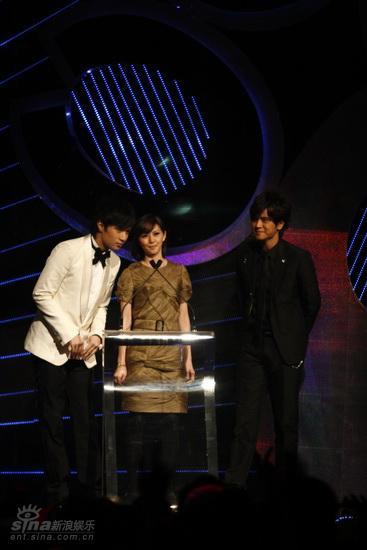 图文:MTV亚洲大奖颁奖礼-古巨基孙燕姿颁奖