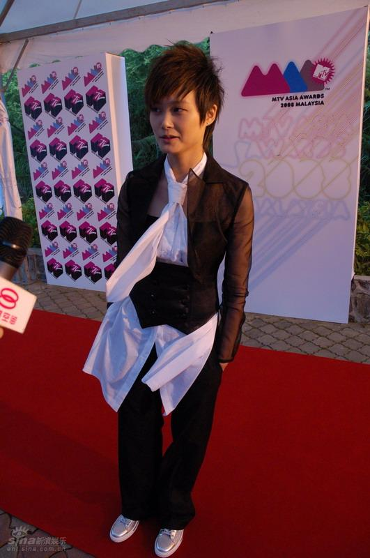 图文:2008MTV亚洲大奖红地毯--李宇春休闲装