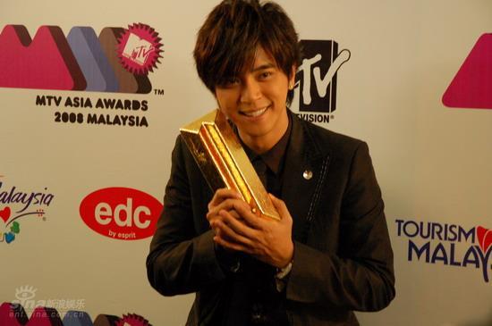 图文:MTV亚洲大奖后台--罗志祥秀奖杯
