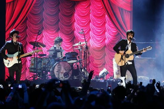 图文:MTV亚洲大奖颁奖礼-PanicAtTheDisco表演