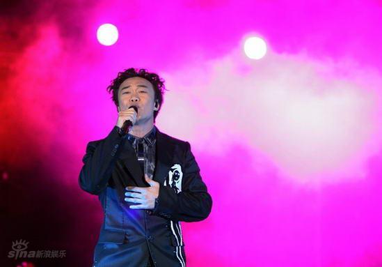 图文:陈奕迅北京演唱会--为歌迷送上一曲