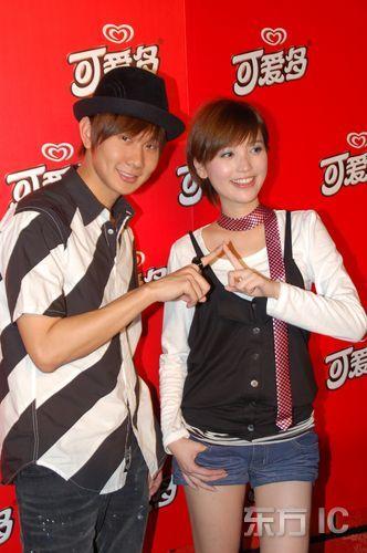 同门师兄妹林俊杰,金莎来到上海,参加其代言的可爱多冰淇淋的新闻发布